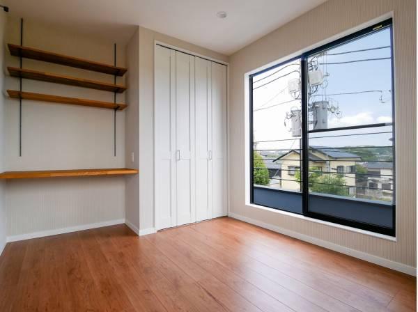 居室にも造作棚を完備しルームデザインを愉しめる造り