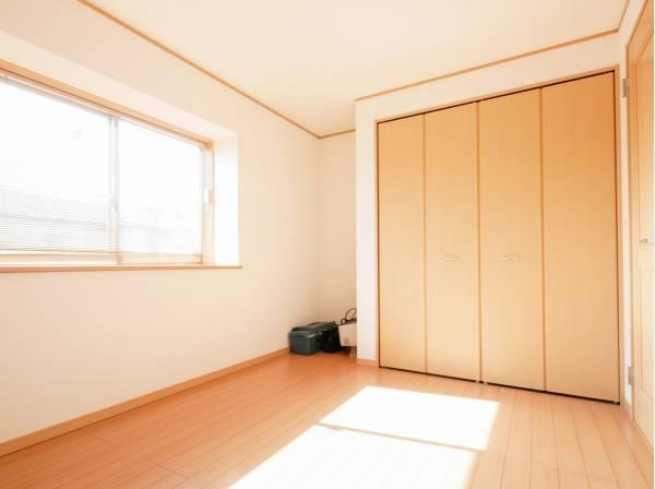 たっぷりの収納スペースを完備した6.7帖の洋室です。