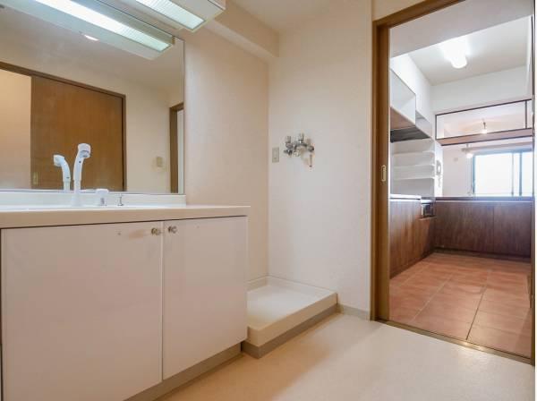 キッチンから洗面室に直接行かれる動線の良い間取りです。