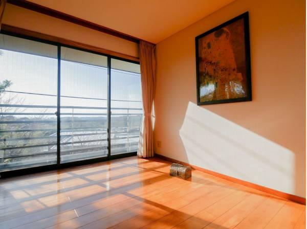 窓の外には鎌倉山の素敵な眺望が