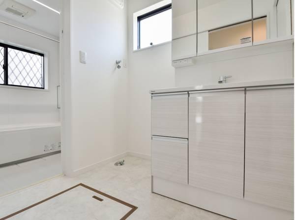 白で統一され清潔感のある洗面室