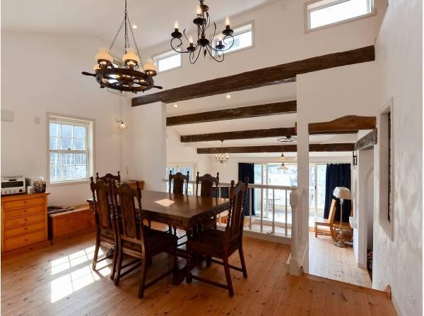 天井も高く、室内は明るく暖かい雰囲気