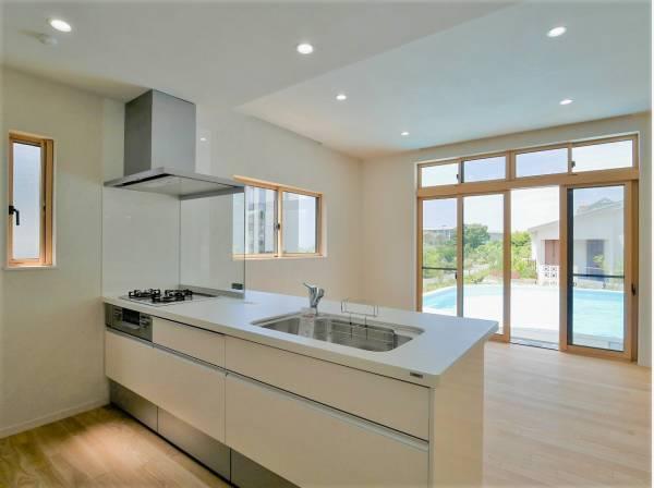 プールやリビングを見渡しながら家事ができるキッチン
