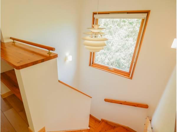 階段窓から見える景色もインテリアの一部