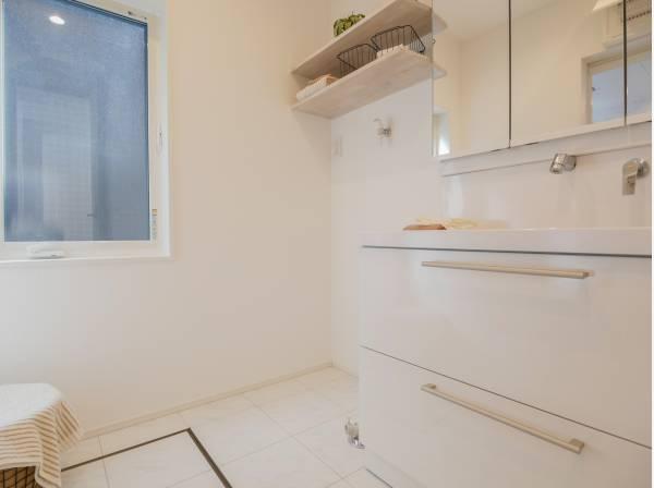 洗面室は収納棚もあり、ゆとりの広さを確保