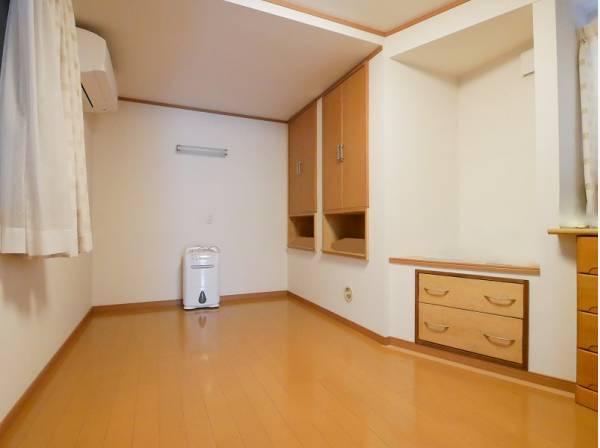 7帖の洋室はたくさんの収納スペースを完備