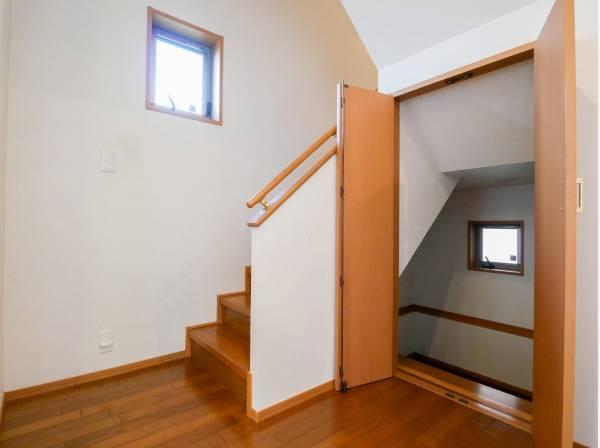 階段横には大きな収納