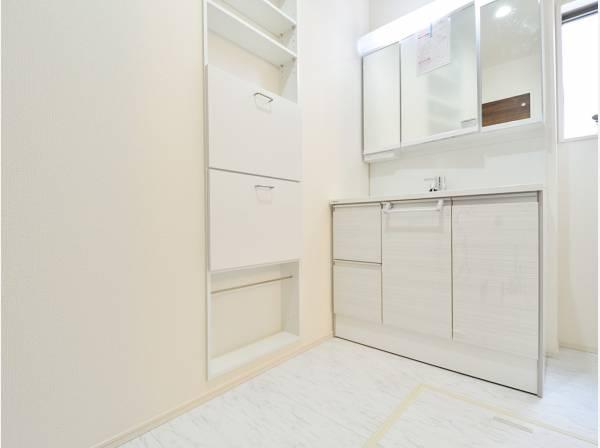洗面室には備え付けの収納スペースがあります