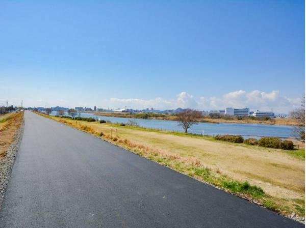 相模川の散歩道まで徒歩4分(約300m)