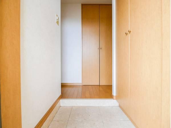 玄関を入ると、シューズボックスの他に収納もあります。