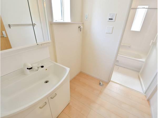 すっきりとした雰囲気の洗面室・バスルーム