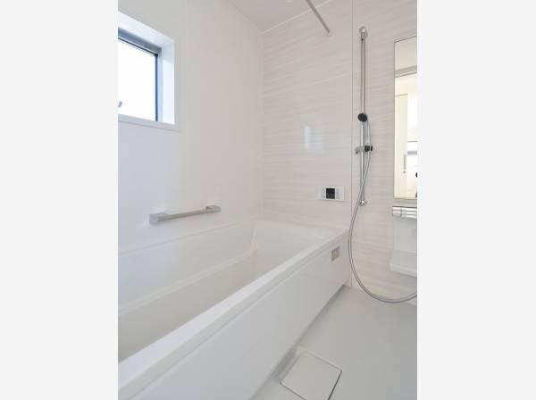 手入れのしやすいシンプルなバスルーム