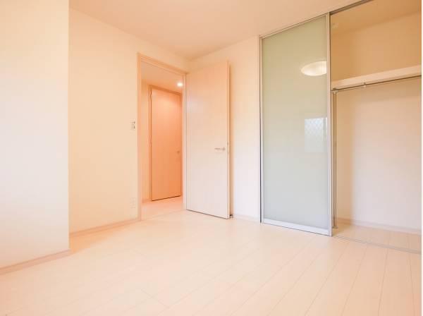 各居室にたっぷりサイズの収納があります