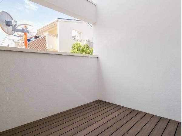 1階のウッドデッキは目隠しがあるのでプライベートスペースになりますよ。