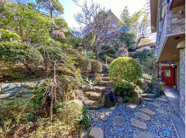 リビングと繋がるデッキで園庭を眺めながらお茶なんていいですね