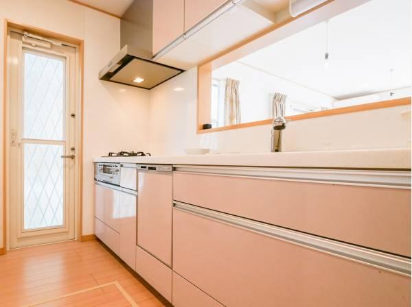 使い勝手の良い対面キッチンには勝手口を完備しています。