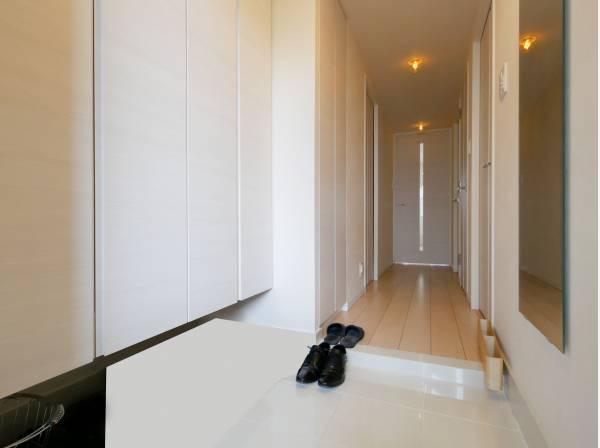 白を基調とした明るい玄関