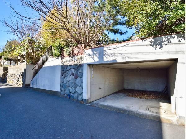 敷地を有効的に利用した地下車庫を完備