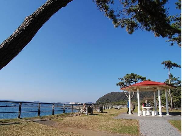海に隣接した葉山公園(約1300m)