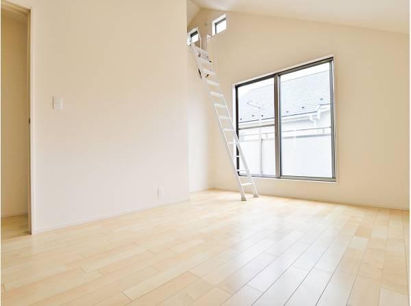 ロフトがある洋室は天井も高く開放感があります
