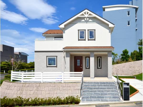 開放的な南西角地に佇む邸宅