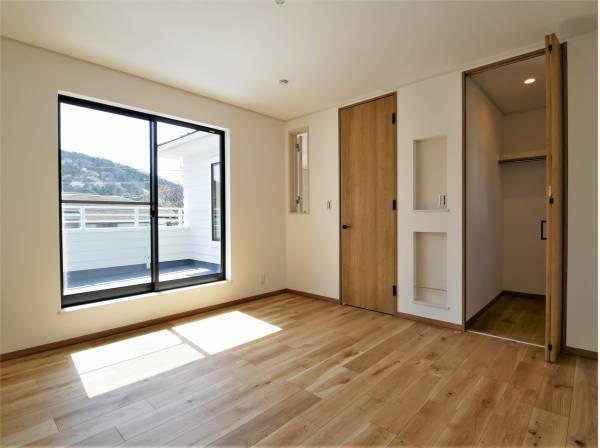2階居室は陽光が入り明るい空間