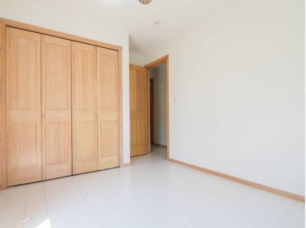 シンプルな雰囲気の洋室