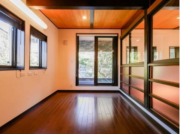 吹抜部分と空間を繋ぐことでとても開放的な居室