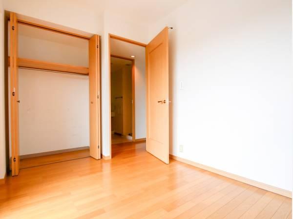 バルコニーに面した6帖の洋室です。