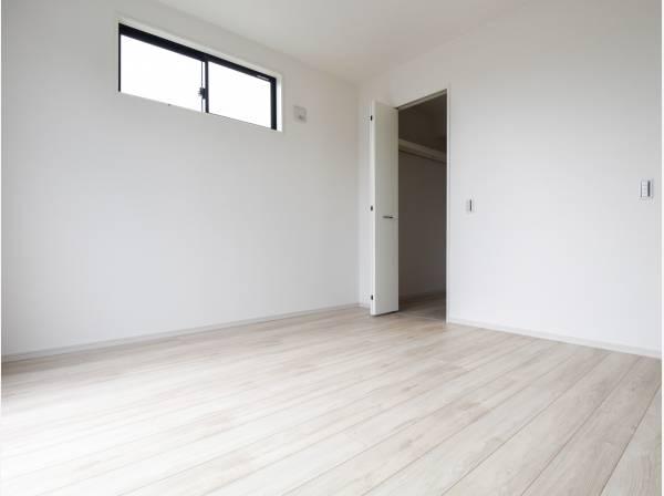 ウォークインクロ―ゼットを完備した主寝室