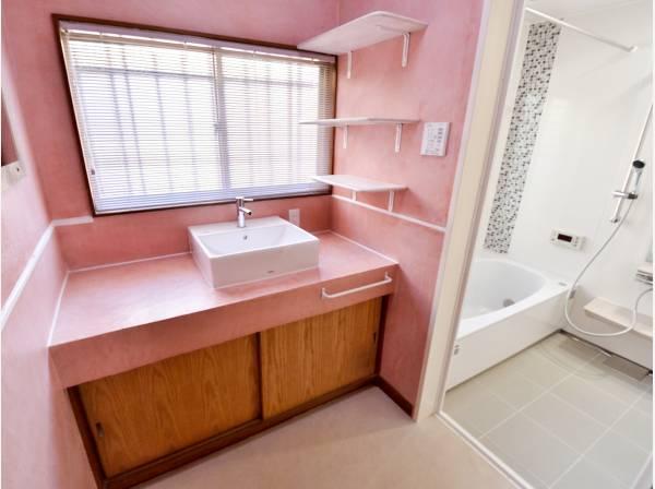ピンクの壁紙がアクセントに