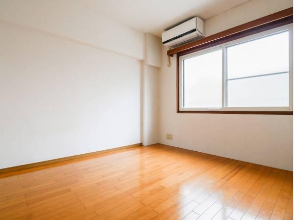 窓から心地良い光が差し込む6.4帖の洋室です。