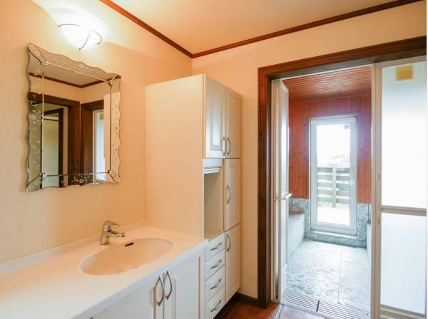 広い洗面室には豊富な収納スペースを完備