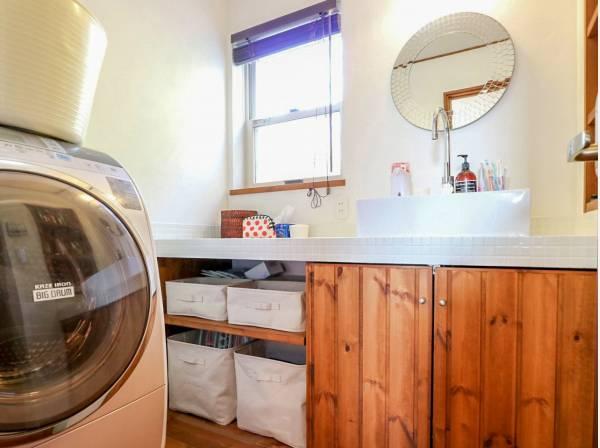 白いタイルが可愛らしい造作洗面化粧台です。