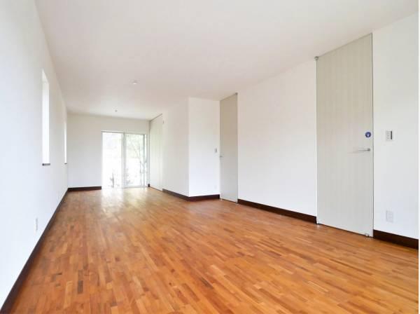 1階のお部屋にはドアが2つあり、2部屋へと仕切ることも可能です