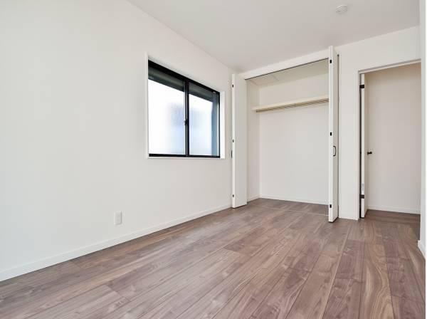 どんな家具も合いそうなシンプルな洋室