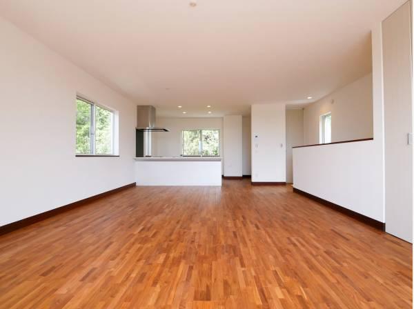 足触りのよい床材を使用した大空間リビング