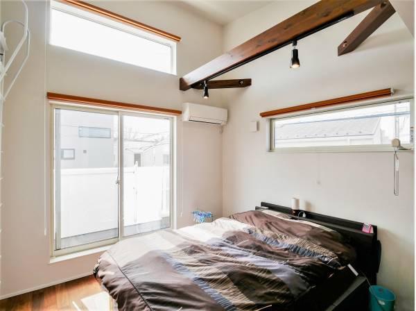天井が高い6.2帖の洋室です。