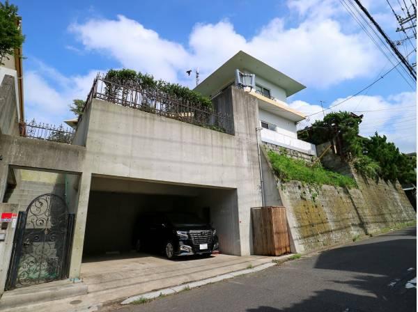 地下駐車場には2台駐車可能
