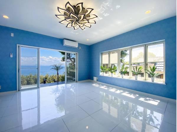 1階リビングからでも青い海を望む贅沢な空間