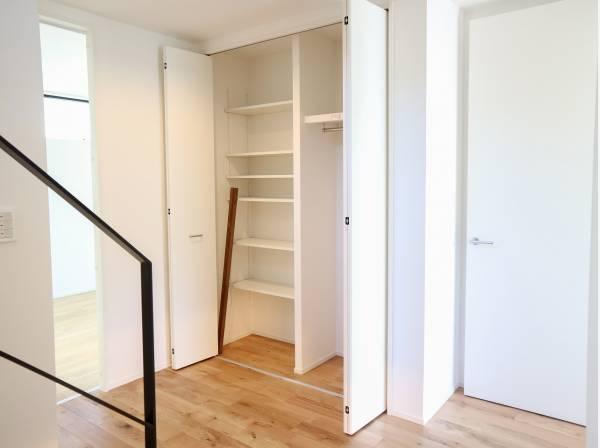 玄関ホールには収納スペースを完備