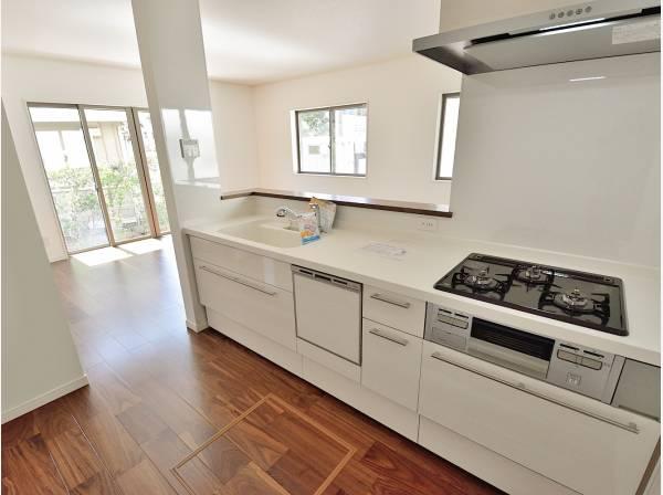 白を基調とした爽やかな印象のキッチン