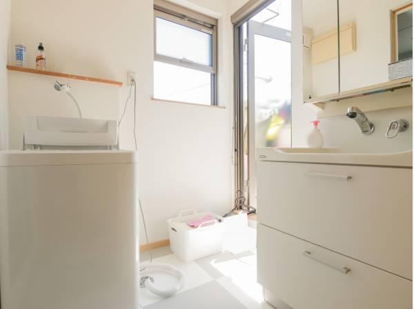 洗面室から直接バルコニーに行かれます