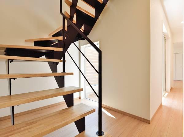 スケルトン階段がお洒落で解放感を演出