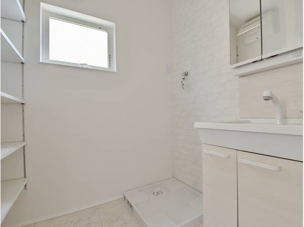 洗面室にも収納を完備しています