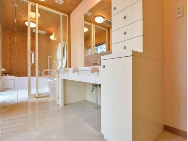 1階の洗面室とバスルーム