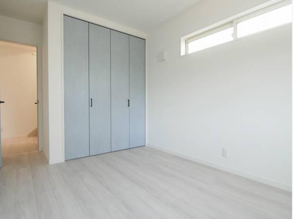 シンプルな洋室は家具が合わせやすそう