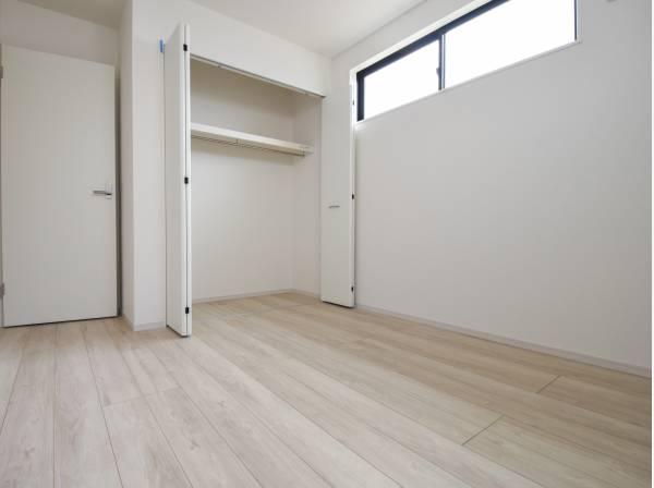 白を基調とした明るい洋室