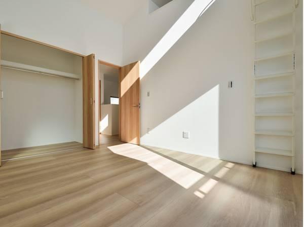 天井が高くとても開放的な主寝室