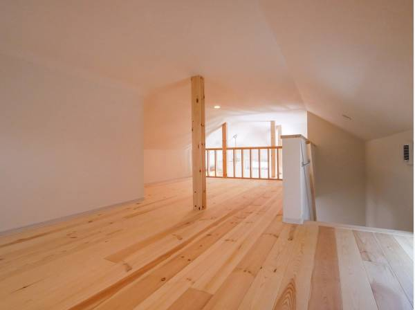 固定階段で上れる約9帖のロフトはお子様の秘密基地に・・・